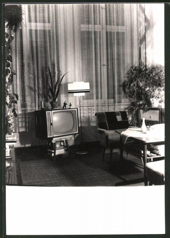 Fotografie Wohnzimmer-Einrichtung mit Fernseher & Radio