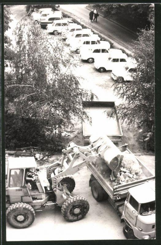 Fotografie Baustelle, Radlader belädt Lastwagen IFA W50, LKW-Kipper