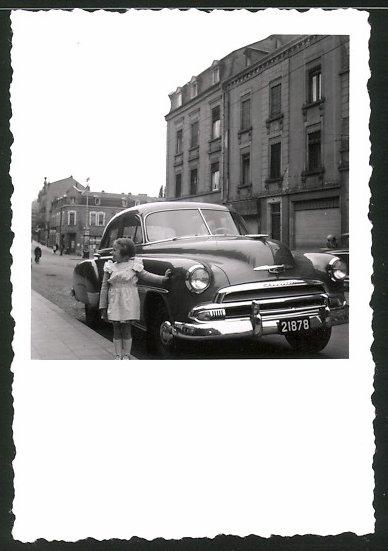 Fotografie Auto Chevrolet, US-Car, niedliches Mädchen neben PKW stehend