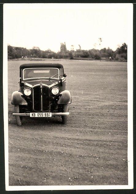 Fotografie Auto DKW Cabrio, schwarzer PKW auf einem Feld stehend