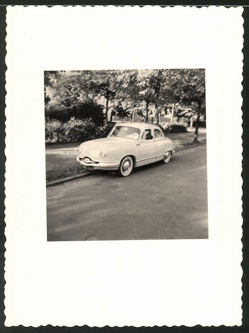 Fotografie Auto, Limousine am Strassenrand stehend