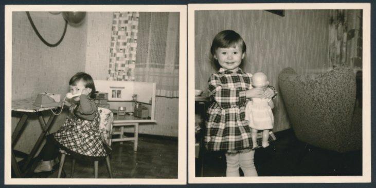 2 Fotografien niedliches Mädchen mit Puppe, Puppenstube & Spielzeug-Telefon