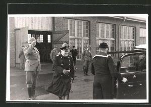 AK Emden, Abschiedung eines Admirals vor der Marinekaserne