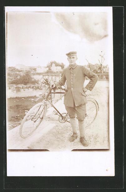 Foto-AK Soldat in Uniform mit Fahrrad