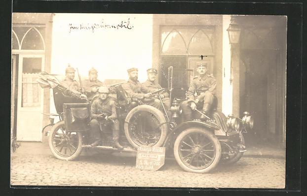 Foto-AK Soldaten in einem Auto der Marke Renault, Kriegsauto