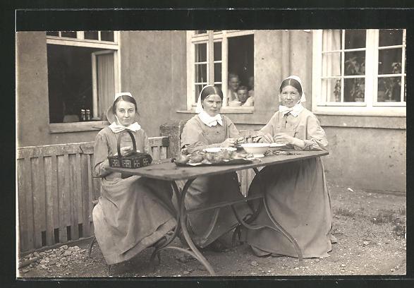 AK Dienstmädchen schneiden das Gemüse