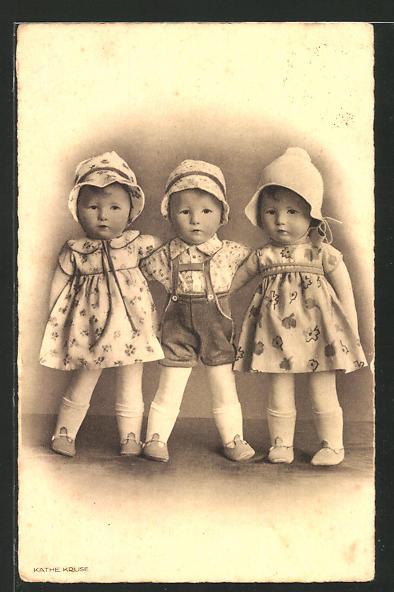 AK Käthe Kruse-Puppen in hübschen Kleidern und kurzen Hosen