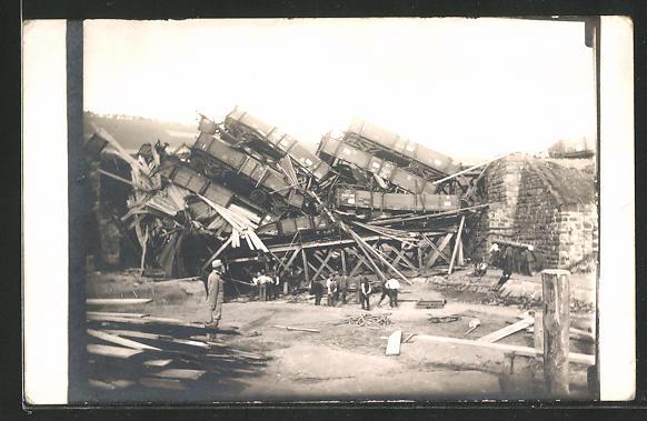 Foto-AK Eisenbahnkatastrophe, aufgetürmte Trümmer eines Zuges