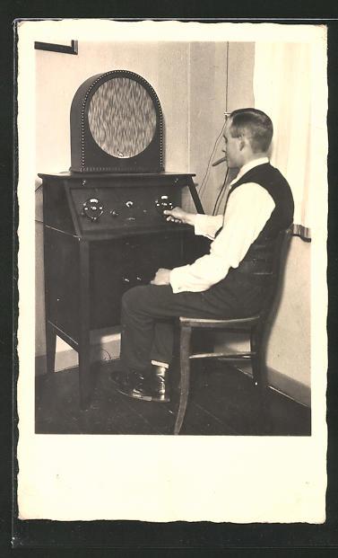 Foto-AK Mann mit Zigarre vor seinem Radio