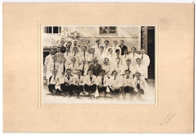 Fotografie Emerich Aich, Berlin-Charlottenburg, Berufsschule, junge Männer im Laborkittel, Gruppenbild, 29 x 20cm
