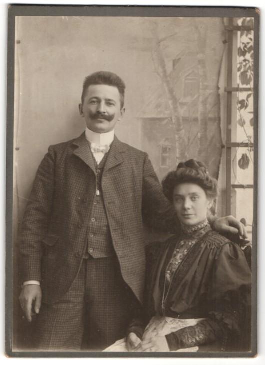 Fotografie Paar im feinen Zwirn, Hausfrau mit Halskette & modischer Frisur