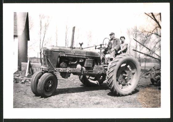Fotografie Traktor Farmall, Bauer steuert Schlepper