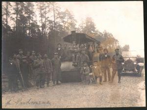 Fotografie 1.WK, Deutsche Soldaten & Strassenbauer mit Lokomobil & Auto