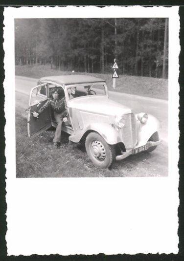 Fotografie Auto Cabrio, junge Frau sitzt im PKW