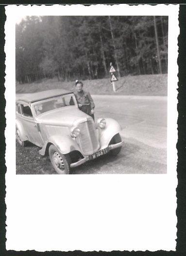 Fotografie Auto Cabrio, stolzer Fahrer lehnt lässig am PKW