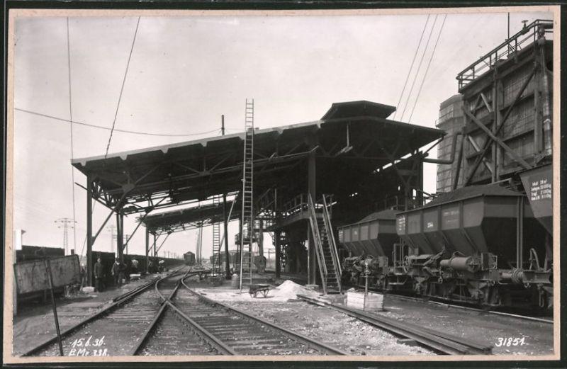 Fotografie Fotograf unbekannt, Ansicht Leuna, Leuna-Werke IG-Farben, Güterzug wird mit Kohle beladen
