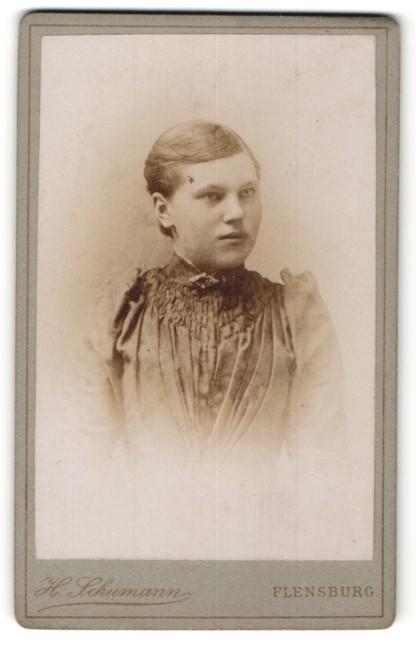 Fotografie H. Schumann, Flensburg, Portrait Mädchen im Sonntagskleid