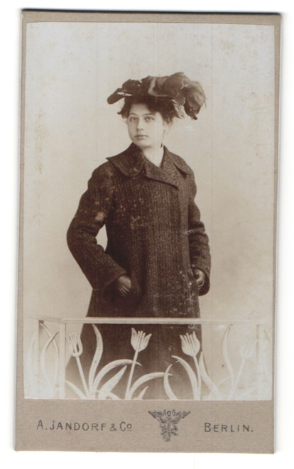 Fotografie A. Jandorf & Co., Berlin, Portrait Dame im Wintermantel mit Hut