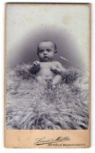 Fotografie Louis Müller, Hameln, Portrait eines nackten Säuglings