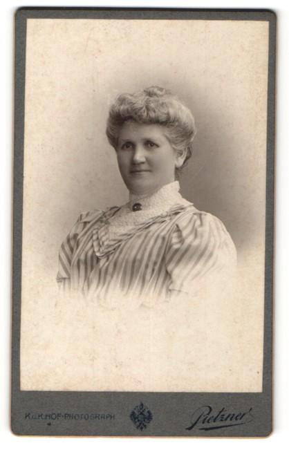Fotografie Pietzner, Wien, Portrait elegante blonde Dame in zeitgenössischer Frisur