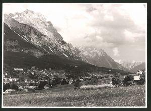Fotografie Fotograf unbekannt, Ansicht Cortina d'Ampezzo, Ortsansicht mit Gebirgspanorama