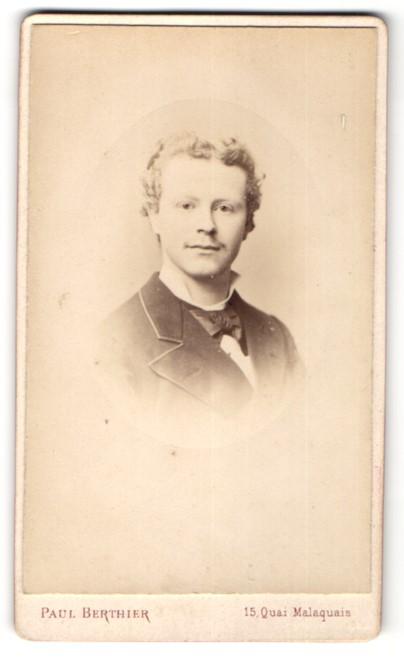 Fotografie Paul Berthier, Paris, Portrait hübscher junger Mann mit blonden Locken