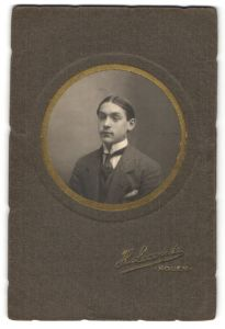Fotografie H. Leconte, Rouen, Portrait junger Mann mit Scheitelfrisur im Anzug mit Krawatte