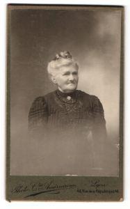 Fotografie Photo Cie. Americaine, Lyon, Portrait Greisin mit zusammengebundenem Haar