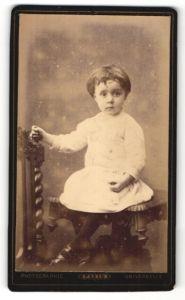 Fotografie Universelle, Paris, Portrait Kind in Kleidchen
