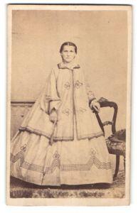 Fotografie junge Frau in zeitgenöss. Kleidung