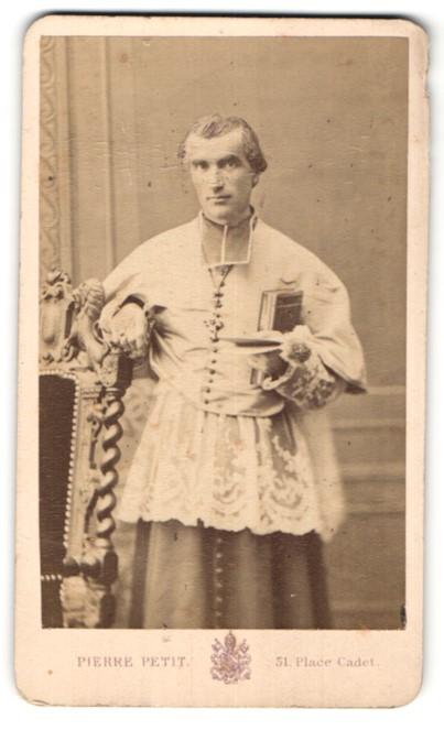 Fotografie Pierre Petit, Paris, Portrait kathol. Geistlicher in Ornat
