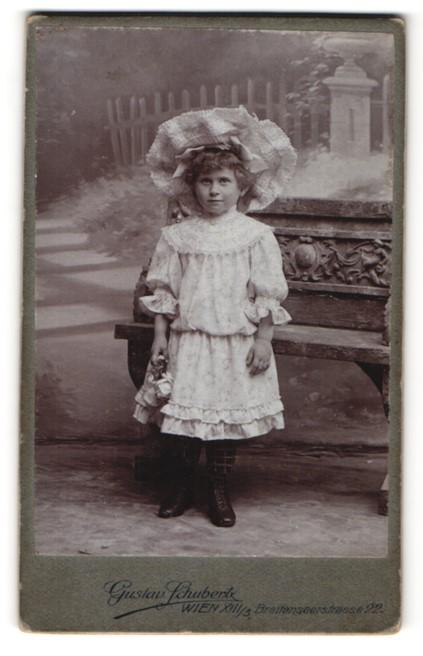 Fotografie Gustav Schubert, Wien, Portrait kleines Mädchen in Kleid mit Hut
