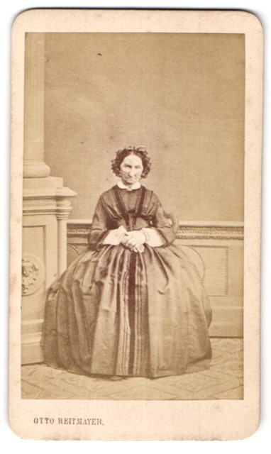 Fotografie Otto Reitmayer, München, Portrait bvetagte Dame in zeitgenöss. Mode