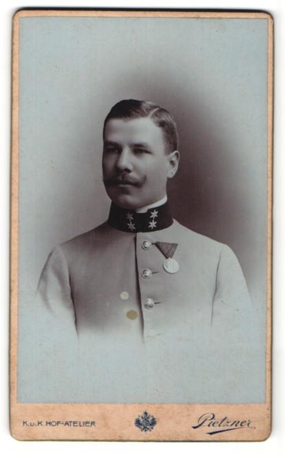 Fotografie Pietzner, Wien, Portrait Soldat mit Orden