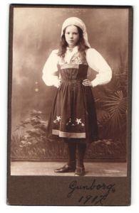 Fotografie Mädchen in zeitgenöss. Kleidung mit Kopftuch