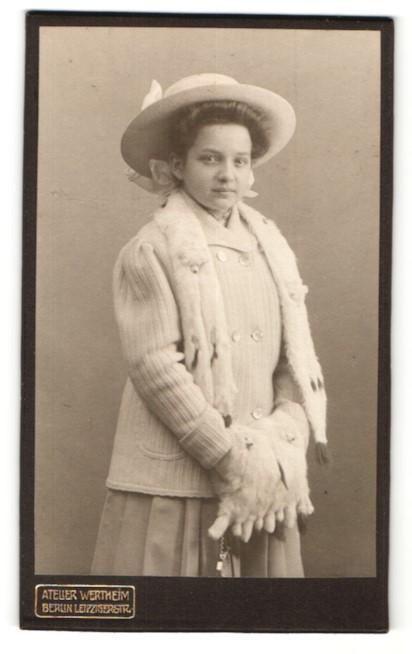 Fotografie Atelier Wertheim, Berlin, Portrait Mädchen in Winterkleidung mit Hermelinpelz