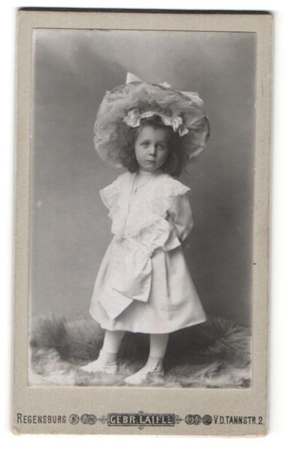 Fotografie Gebr. Laifle, Regensburg, Portrait kleines Mädchen in Kleid mit Hut