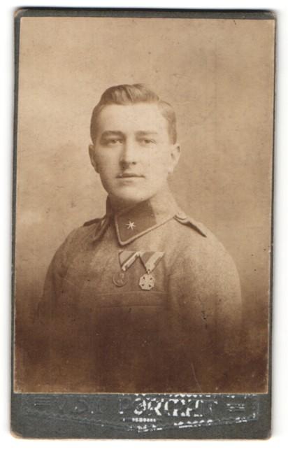 Fotografie österr. Soldat in Uniform mit Orden