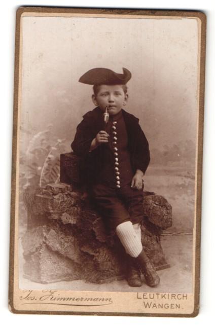 Fotografie Jos. Zimmermann, Leutkirch, Wangen, Portrait Bub in histor. Kleidung mit Pfeife