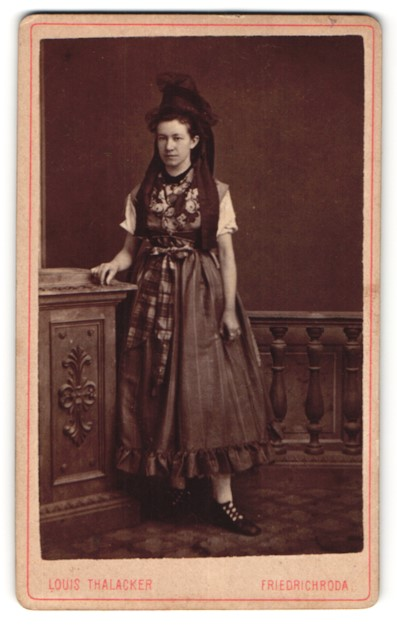Fotografie Louis Thalacker, Friedrichroda, Portrait junge Frau in Tracht