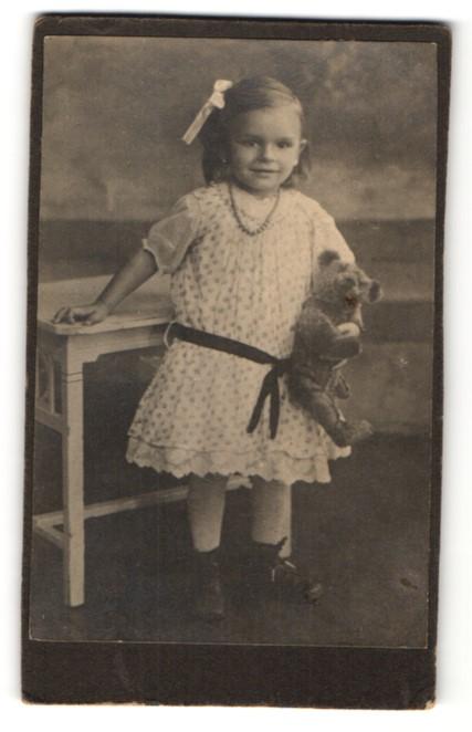 Fotografie Kleinkind mit Teddy