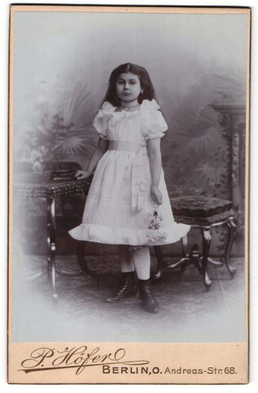 Fotografie P. Hofer, Berlin-O, Portrait kleines Mädchen mit wallendem Haar in Kleid