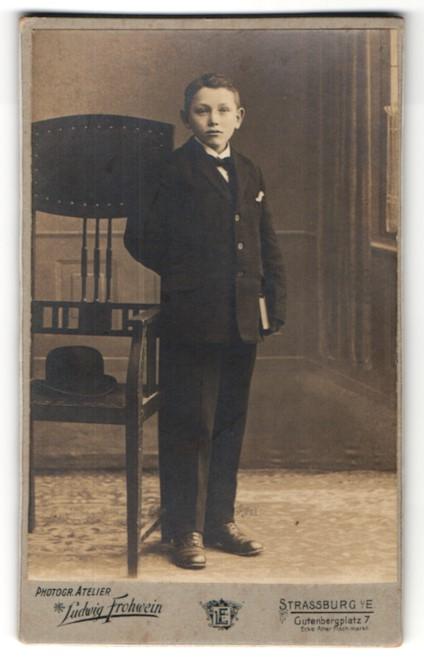 Fotografie Ludwig Frohwein, Strassburg i/E, Portrait Knabe in festlichem Anzug