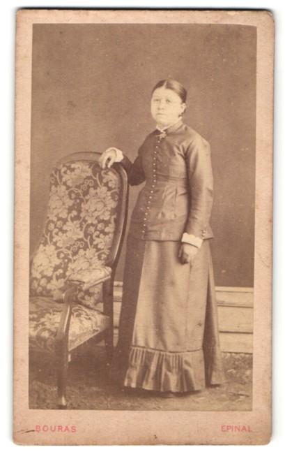 Fotografie Bouras, Epinal, Portrait junge Frau in zeitgenöss. Kleidung