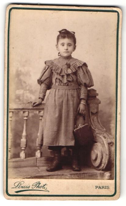 Fotografie Louis, Paris, Portrait kleines Mädchen mit Handtasche