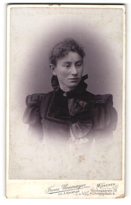 Fotografie Franz Neumayer, München, Portrait junge Frau mit zusammengebundenem Haar