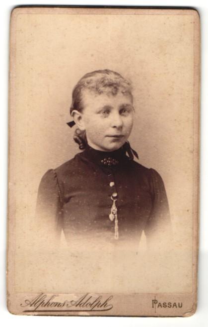 Fotografie Alphons Adolph, Passau, Portrait Mädchen mit zusammengebundenem Haar