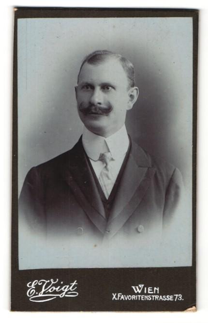 Fotografie E. Voigt, Wien, Portrait Herr mit Schnauzbart