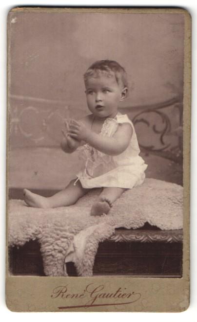 Fotografie René Gautier, St. Germain-en-Laye, Portrait Kleinkind mit nackigen Füssen