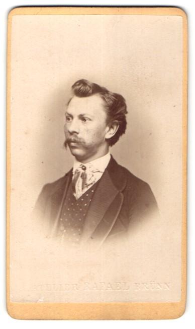 Fotografie Atelier Rafael, Brünn, Portrait junger Mann mit zeitgenöss. Frisur
